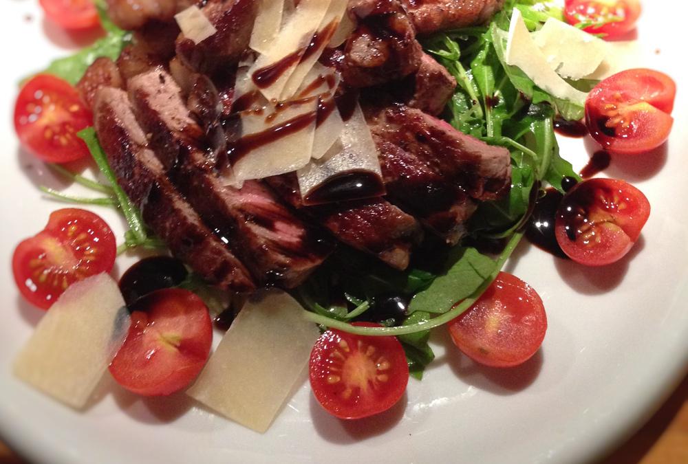 Steakstreifen auf Rucola Salat