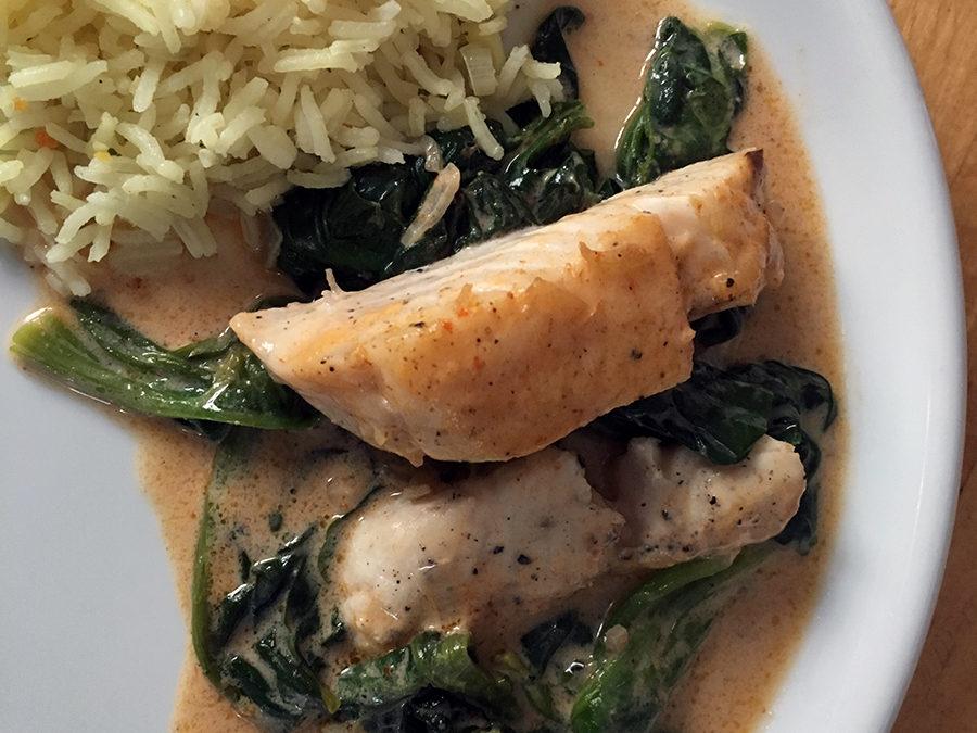 Fisch auf Spinatbett an Curry-Kokos-Sauce
